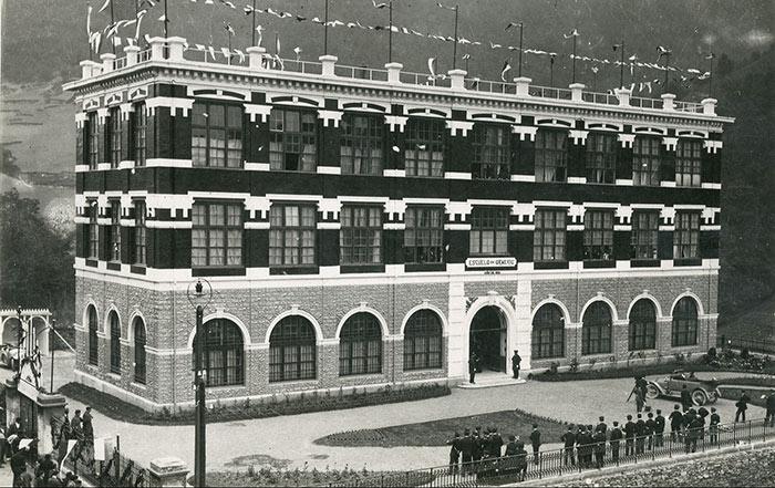 Edificio en la inauguración de la escuela Armeria